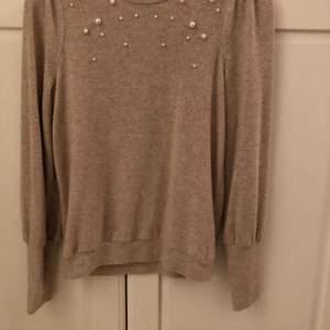 Tröja från Gina tricot, aldrig andvänd. Köpt för 299 kr, säljer för 150 kr + frakt, storlek XS, den andra bilden visar färgen bättre