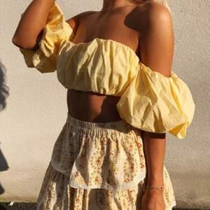 Superfin gul och härlig topp som passar till både kjol, jeans eller kanske till och med ett par snygga skinnbyxor 🌸💕 BUDA I KOMMENTAERNA (kan skickas mot fraktkostnad)