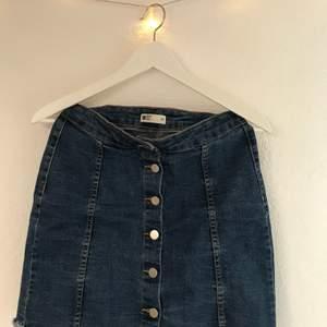 Riktigt stilren och populär jeanskjol med knappar från Gina tricot! Är i väldigt bra skick och säljs nu för bara 110kr inklusive frakt. Skriv vid intresse!
