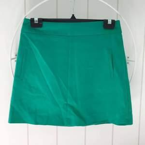 Grön kjol. Kortare modell. Säljes pga. växt ur den.