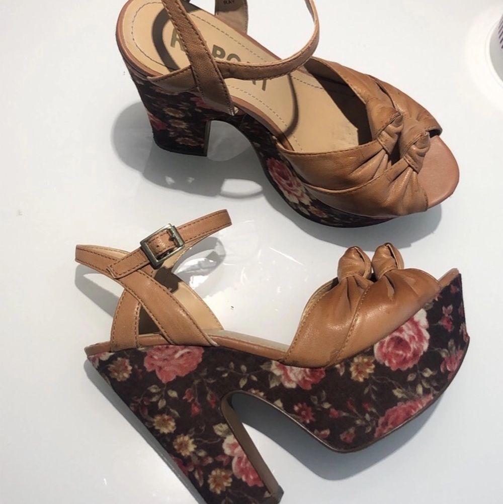 Säljer mina fina High Heels från REPORT i mycket fint skick. Säljer dem för 120:-  (frakt inkluderas ej) . Skor.