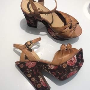 Säljer mina fina High Heels från REPORT i mycket fint skick. Säljer dem för 120:-  (frakt inkluderas ej)