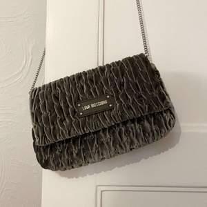 Jättefin väska från märket moschino, inga fläckar eller liknande utan i väldigt fint skick😍