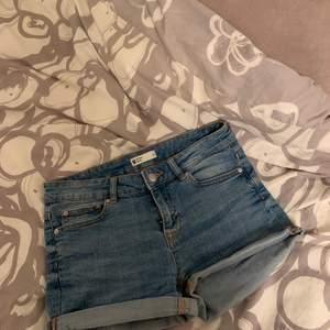 Simpla jeansshorts från Gina Tricot Stl 34. Nyskick! Köparen står för frakten🥰
