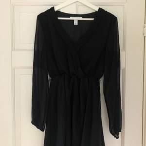 Säljer min gamla svarta klänning från Nelly. Klänningen består av två lager tyg, varav det yttersta är mesh liknande. Använd max 5 gånger och passar till många tillfällen.😍