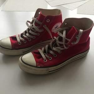 Röda Converse, köpta i USA & ganska stora i storleken!
