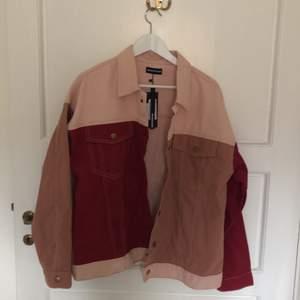Rosa jeansjacka med olika nyanser av rosa. Ganska tun och bra till sommaren. Helt oanvänd, har lappen kvar