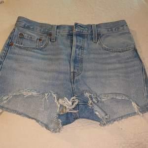 Sprillans nya sommar shorts från levis💕 tyvärr för små för mig. Frakt ca 30kr //w 27