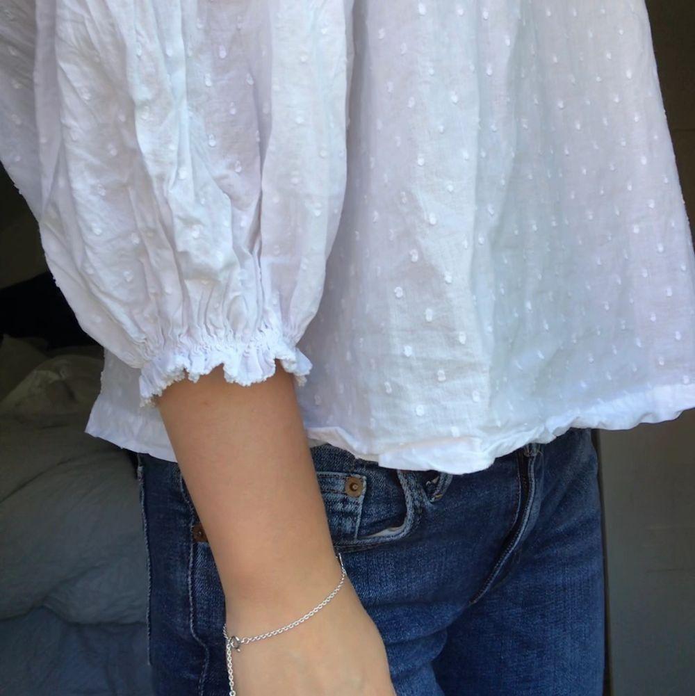 Jättesöt vit blus från Gina med balongarmar!! Använd 1 gång. Blusar.