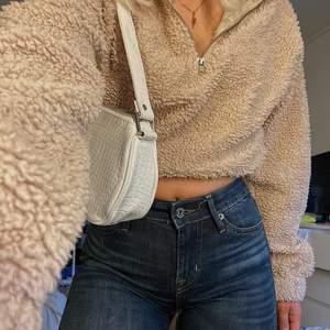 En ljusbrun/beige halfzip fluffig från Gina i storlek XS men lite större i passform på ett fint sätt. Hämta i Linköping eller så får köparen stå för frakten💖