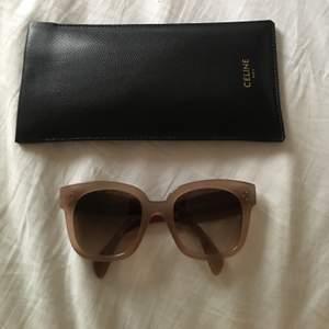 Beiga/ljusrosa solglasögon från Celine. Inköpa för 3000 kr juni 2020 men har tyvärr inte kommit till användning då de inte passar mig. Fodral, kartong och putsduk ingår.