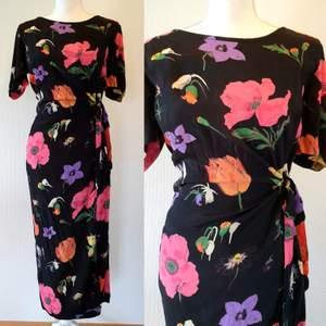 Vintage klänning, inköpt i Barcelona. Storlek 38 men dragkedja baktill och går även att knyta i midjan. Man kan reglera storleken i midjan. Längden är 130 cm, omkrets byst 90 cm.  (frakt 39 kr )