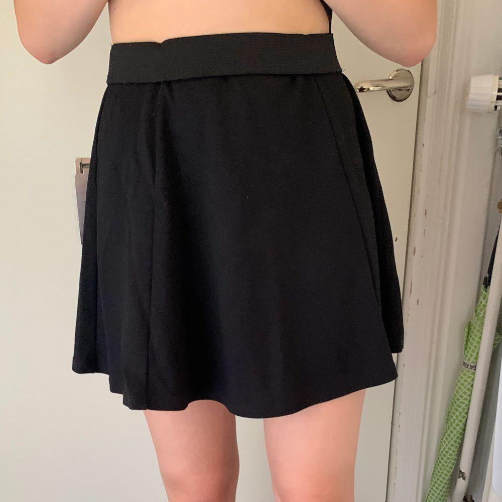 Söt svart kjol i storlek S, passar XS-S skulle jag säga. 50kr plus frakt på 44kr. . Kjolar.