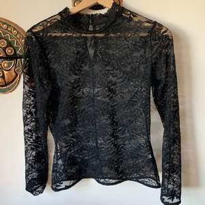 Super fin spets tröja. Passar fint med bralette eller under en tshirt. Säljer då den aldrig kommit till användning💕  Frakt tillkommer men kan även mötas upp i Stockholm