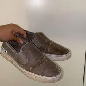 Jättefina slip on skor från Michael kors. Använda väldigt mycket men så sköna. Ska tvätta upp dom innan jag skickar dom. Skriv för fler bilder eller information💗