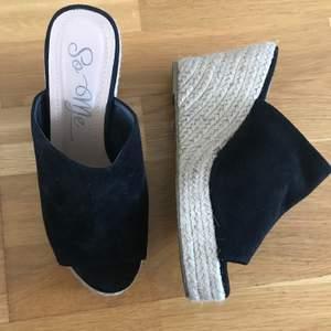 Klack sandaletter som har används ett fåtal gånger, i bra skick.