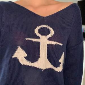 Stickad tröja med ankare från bondelid. Storlek S. Mörkblå/marin med vitt ankare. Kan mötas upp i Norrköping/Söderköping, annars står köpare för fraktkostnad.