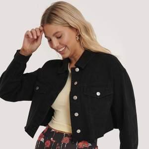 Snygg jeansjacka , kort i modellen från NA-KD. Helt ny med prislapp kvar