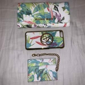 Plånbok, mobilskal (iPhone 6/6S), Korthållare. Alla i fuskskinn från Victoria's Secret. Plånbok = 70kr, Mobilskal = 30kr, Korthållare = 50kr. Eller alla tre för 115kr.