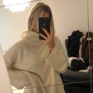 En vit polotröja från Nelly.com, stolek: M. Använd Max 3 gånger så skicket är som nytt. Köparen står för frakt