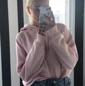 Säljer denna jättefina rosa Hoodien  i storlek XL men det är ganska konstiga storlekar för att den passar mig som vanligtvis brukar ha XS/S i Hoodies💕 men det är i mycket bra skicka, köpte den för 179kr säljer den för 150 (bud)