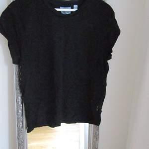 """DM om du har frågor om plagg/pris⚡️   Svart """"muscle t-shirt"""" från Cheap Monday! Säljer då den inte kommer till användning. Frakt tillkommer."""