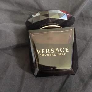 Endast testad Versace Crystal Noir 30 ml edT. Köpt på Kicks, nypris 475 kr. Angivna priset inkluderar frakt via Schenker :)
