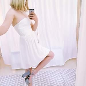 Helt oanvänd klänning från ZARA.  Perfekt till studenten!🌟 Materialet är av chiffong.    Jag står för frakten!✨