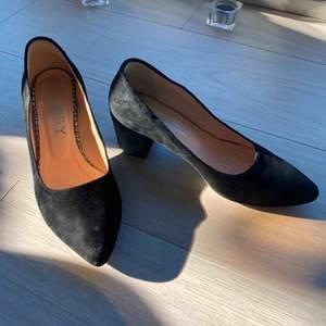 Nästan ny svart mocka lågskor från Oleksy. 36 storlek. Använd bara två gånger. Köpte för 649 kr.  Skaft Äkta skinn - Mocka Fodring och innesula är läder Skons höjd: 11,5 cm Klackhöjd: 5,5 cm  Mötas/frakt kommer