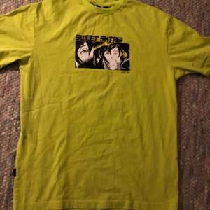 Snygg tröja i limegrönt från SWEET SKTBS. Trycket är i bra skick och har ej några sprickor. Kan mötas upp i Växjö eller så står köparen för frakt.
