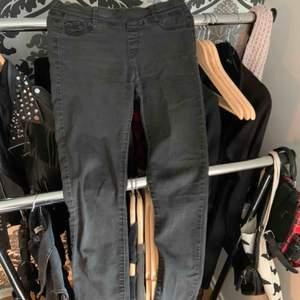 Gråa jeans i storlek XS, använda, okänd märke, köparen står för frakten.