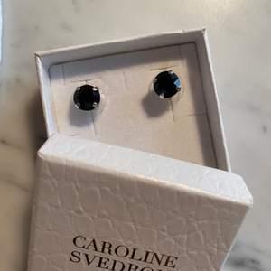 Helt nya örhängen den Caroline Svedbom i silver med svart sten. Nypris 395kr!