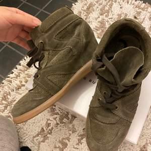 Jätte snygga och sköna militärgröna skor. Isabel marant liknande. Jättebra skick :)