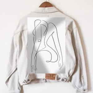 Jag har köpt vita jeansjackor, 2st i oversized storlekar och textilfärg. Jag tar gärna beställningar, utgångspris 280. Jag kan göra villet motiv som helst, baksida och framsida. Mer av min konst @abstractrealissm på IG :D (Obs. Köparen står för frakten)
