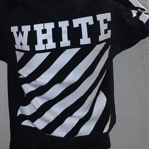 Säljer denna off white hoodie i storlek L, men passar M! Saknar snöret i kragen❤️ (Vet inte om den är äkta, eventuellt A-kopia, därav priset)✨