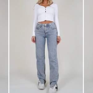 Ljusblåa jeans med slits från Venderby's i nyskick. Aldrig använda och har prislappen kvar. Nypris 700kr ink frakten, skulle säga att dom är lite små i modellen