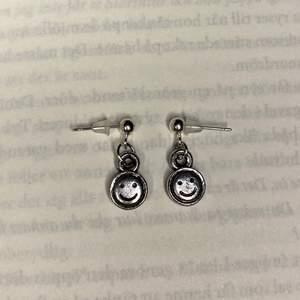 Säljer dessa jätte coola handgjorda örhängena!💕 Älskar dessa och är såå fina 🤩 kostar 39kr paret och frakt 12kr 📦   Man får med en suprise i varje beställning!