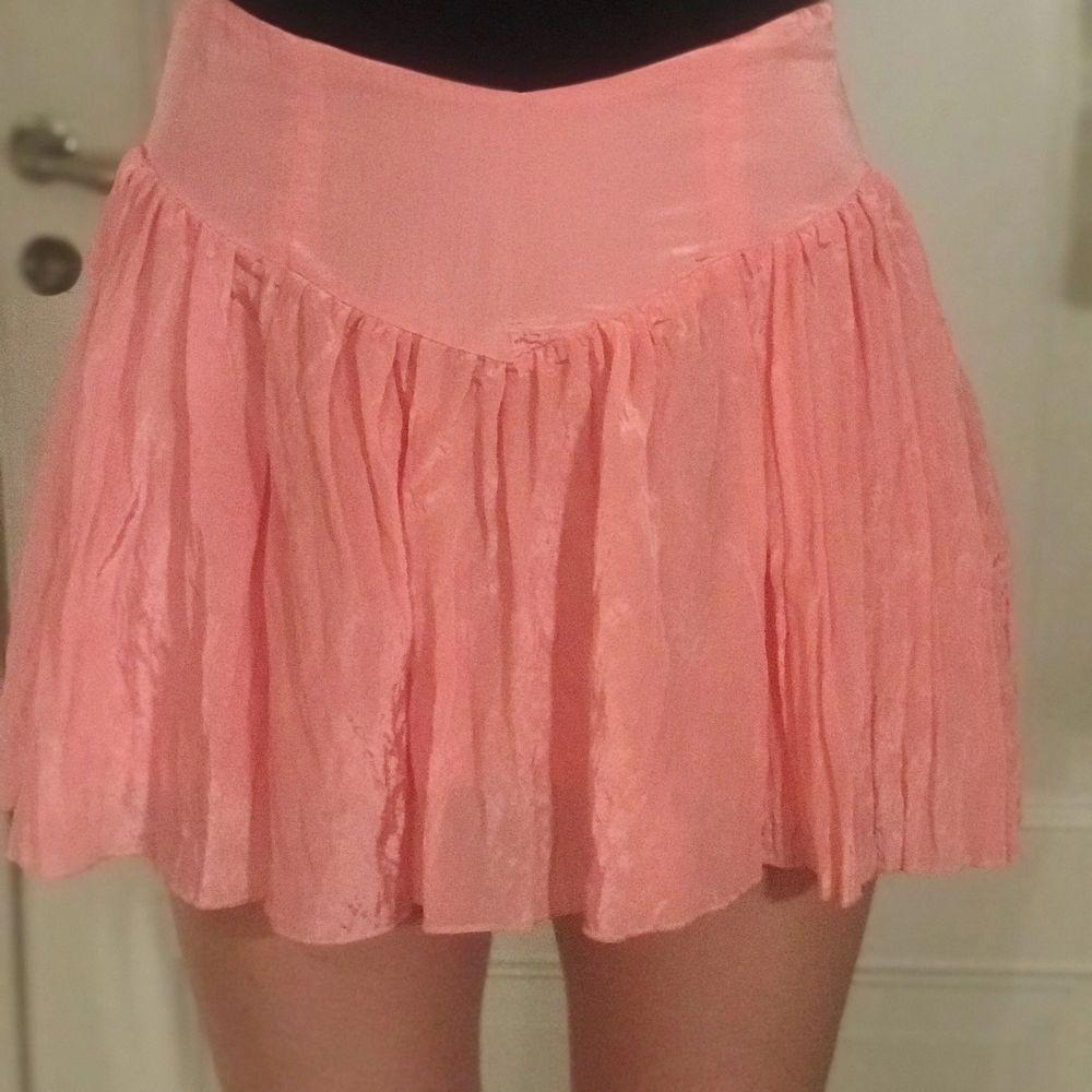 Superfin rosa kjol. Helt oanvänd med prislapp kvar. Säljer då den var kort på mig. Stl L men mycket liten i storlek och sitter som en M. Frakt tillkommer. Nypris 299kr. Kjolar.