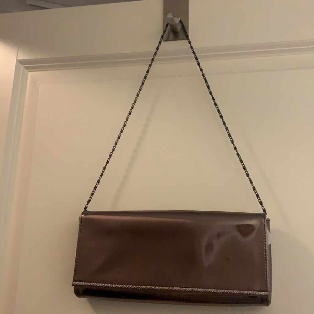 En fin silvrig väska från lancome, ganska liten och perfekt till party outfiten, säljer för att den inte kommer till användning för mig, frakt tillkommer.. Väskor.