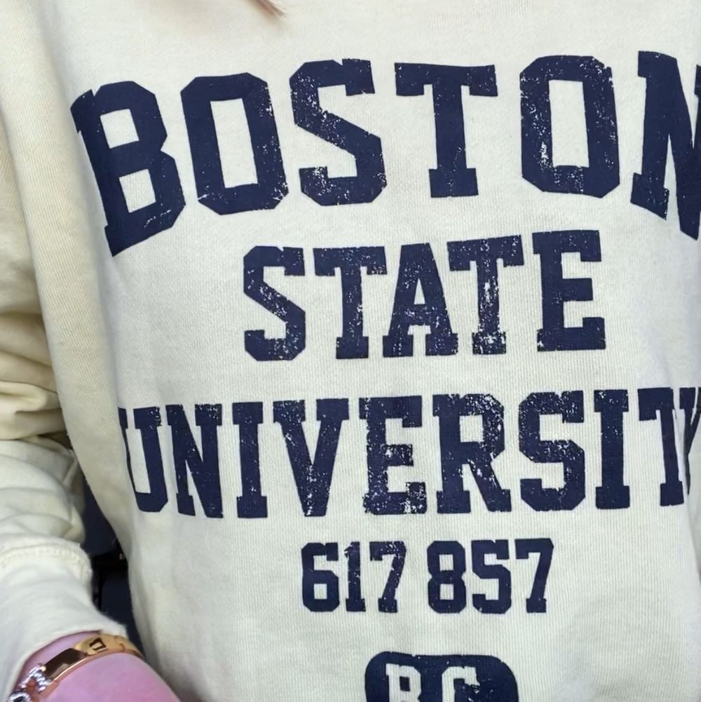 Retro Boston Univeristy sweatshirt från Smug i storlek S (något oversized fit). Bra skick, som ny. Fraktkostnad: 69kr spårbar och samfraktar givetvis 🥰. Tröjor & Koftor.