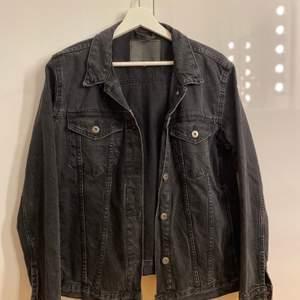 Svart stentvättad jeansjacka ifrån Lager 157, använt 1 gång då jag inte gillade den så i fint skick. Storlek S men den är ganska oversized. 200kr + frakt🖤