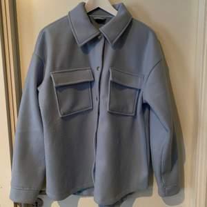 Jättefin ljusblå jacka från Gina. Endast använd 1 gång, inköpt för 500 kr. Den är dock lite nopprig. Köparen betalar frakten 🥰