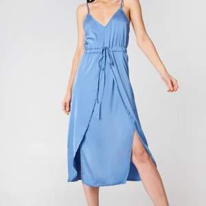 Säljer denna blåa satin klänning för linn Ahlborgs kollektion med nakd🤍