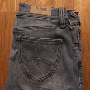 Snygga low rise jeans från Tommy hilfiger. Storlek W 28 L32 men skulle säga som en xs😎 80 kr + frakt.