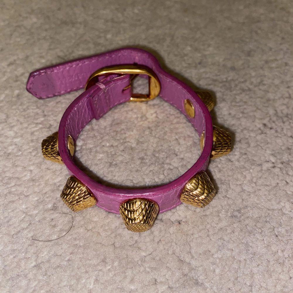 Säljer detta fina balenciaga armband som inte längre finns att köpa i butik! Inga slitningar eller skador 💜 . Accessoarer.