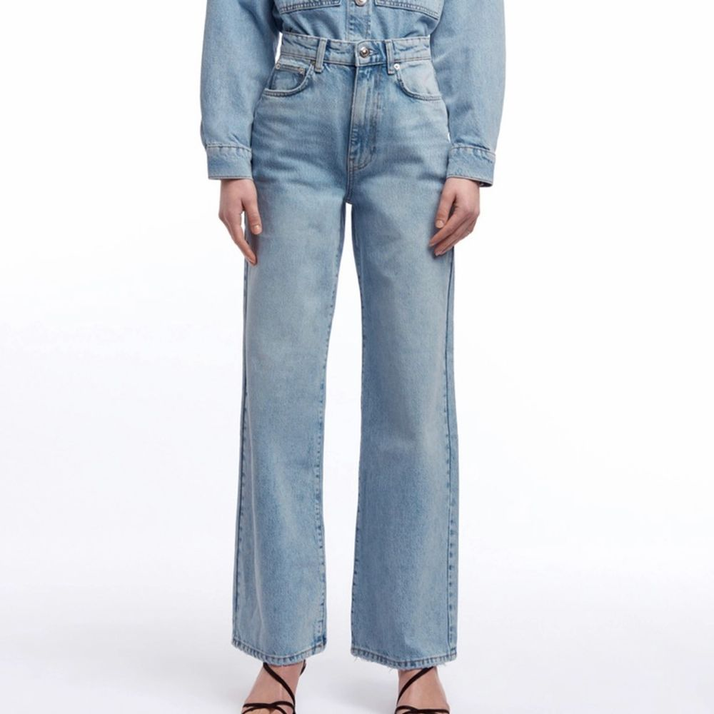 Jeans från gina köpta förra året, avklippta för mig (163). De passar inte min kropp och därför säljer jag dem. Rejält jeansmaterial i jättefin färg, använda men fortfarande toppskick! Frakten tillkommer. Jeans & Byxor.