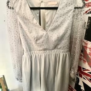 Klänningen är använd endast en gång på ett litet bröllop som skedde i september 2020, aldrig använd sedan dess. Jag säljer denna känning pga att jag kommer inte använda den nå mer, jag är aldrig på nå finare tillställningar eller bröllop så den kommer bara hänga på en klädhängare resten av livet om jag inte säljer den vilket är ett slöseri av en så fin klänning (enligt mig). Nypris på klänningen är 499 på Nelly så jag tyckte att 350 var ganska rimligt pris för en nästan oanvänd klänning. Köparen står för frakt om det är de den vill ha. Klänningen är i strl 36 och jag bär oftast s men kände även att känningen var lite pösig så den passar även nog för dom som bär 38.