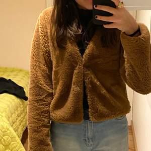En jätte mjuk jacket som är brun. Ganska kort och tjock.