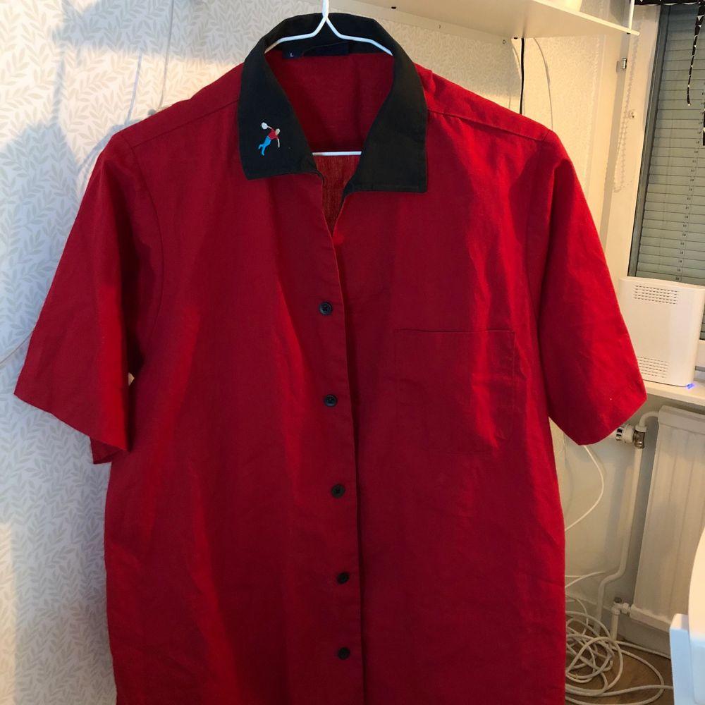 En superfin skjorta jag köpte ifrån plick! Storlek L men jag har använt den som en oversized skjorta då jag är S🥰 säljer den då det inte är min stil längre så hoppas någon annan kan få användning av den💎 . Toppar.