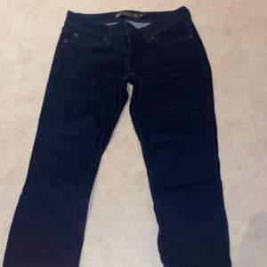 Ett par lågmidjade mörkblå skinny jeans i storlek 26. Säljer endast för att jag inte använder lågmidjat och dem är aldrig använda! Köparen står för frakt och jag tar endast swish!